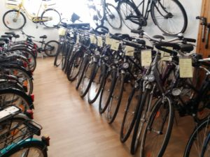 Im Fahrradladen stehen die hochwertigen gebrauchten Fahrräder
