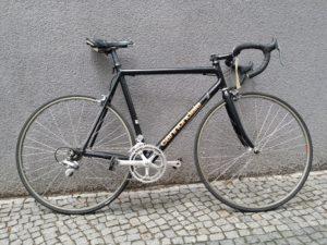 schwarzes Rennrad von Cannondale