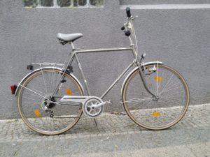 Großes silbernes Herrenrad