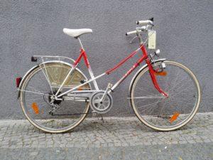 Rot-weißes gebbrauchtes Damenrad