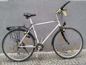 Silbernes Trekkingrad