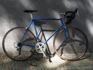 Blaues Rennrad von Gazelle