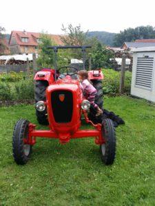 Traktor zum Spielen auf dem Dorffest.