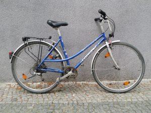 Blaues gebrauchtes Trekkingrad