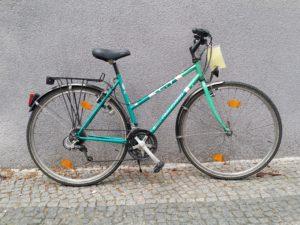 Grünes gebrauchtes Trekkingrad