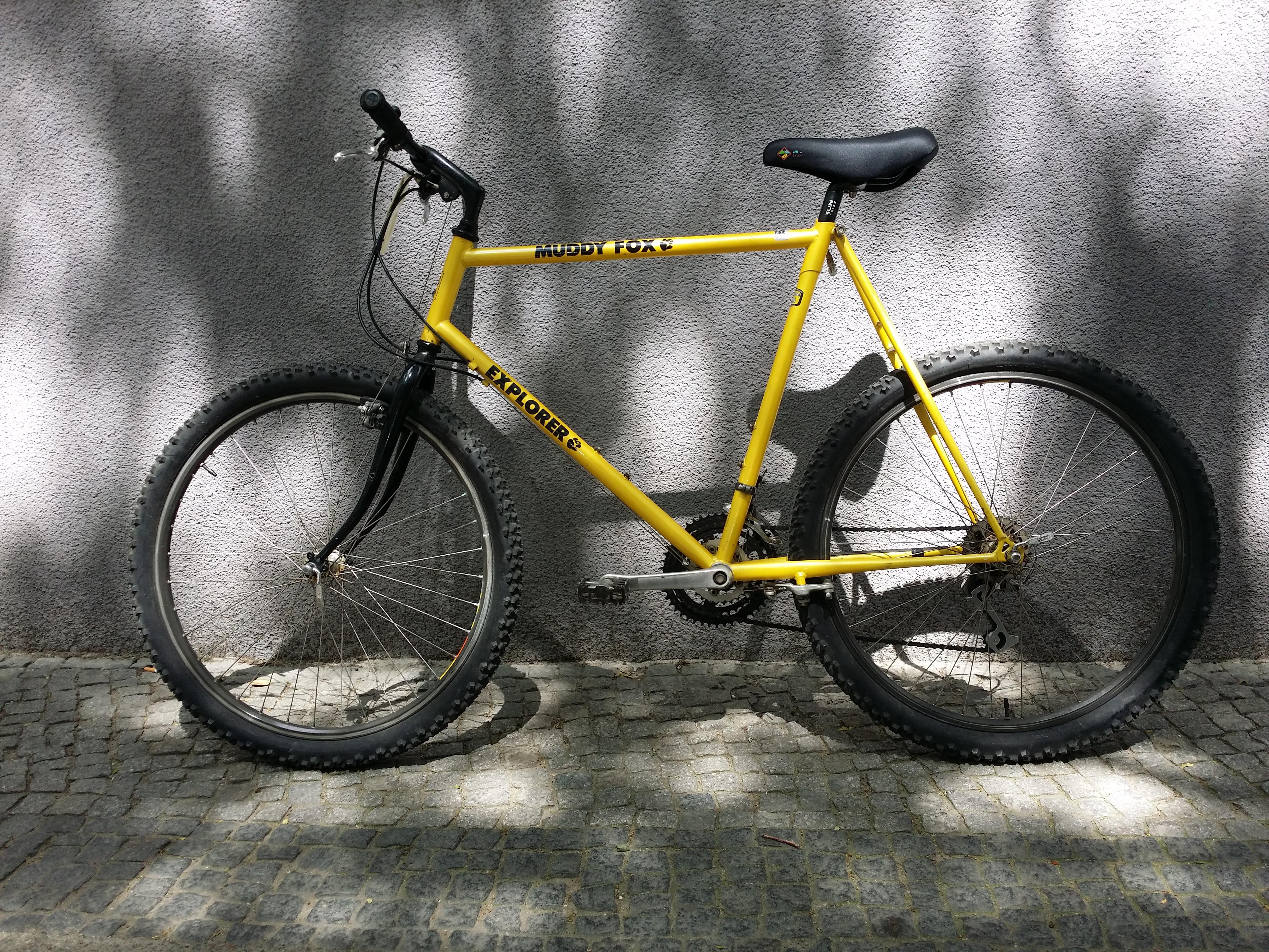 gelbes gebrauchtes Mountainbike