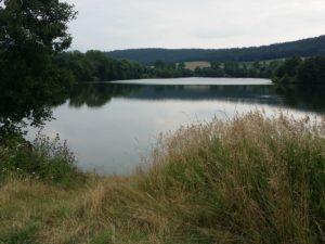 Zu kühl zum Baden und so liegt der Pfordter See heute ruhig da.