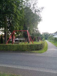 EIn Spielplatz am Radweg erfreut die Kinder