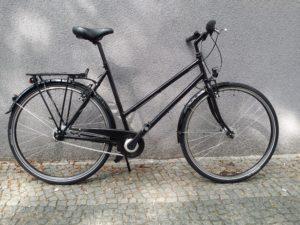 schwarzes Trekkingrad mit Trapezrahmen