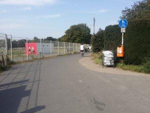 11. Tempelhofer Feld verlassen und den Fuß/Radweg benutzen